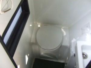 貸切バスの水洗トイレ